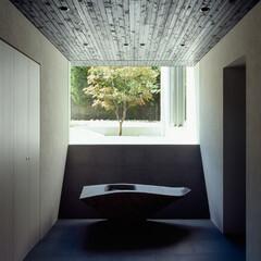 モダン/シンプル/ナチュラル/スタイリッシュ/デザイン/デザイナー/... 玄関の奥には庭が見える。