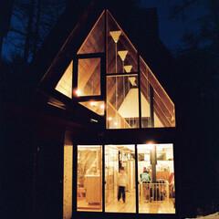 山小屋/暖炉/薪ストーブ/別荘/開放的/断熱 開放的なガラスの立面、夏は開放性を確保し…