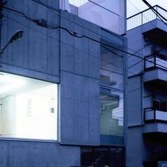庭・ガーデニングリフォーム/ベランダ/屋外スクリーン/シアター/外観/コンクリート/... 屋外スクリーンを外から望む。建築の一部が…