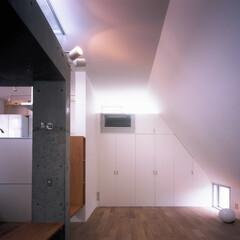 コンクリート/RC/打ち放し/収納/居間/ハイサイドライト/... 収納の上下に窓を設けることで余分な壁をな…
