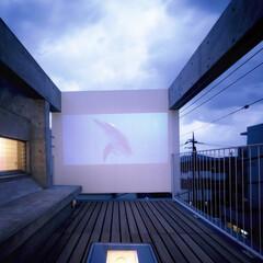 コンクリート/RC/打ち放し/テラス/ベランダ/屋外スクリーン/... テラス正面の板は、夕方になると屋外スクリ…