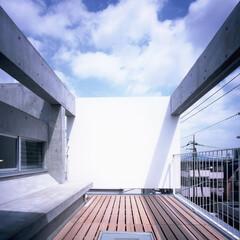 テラス/ベランダ/ベンチ/コンクリート/RC/打ち放し/... 開放的なテラス。正面の板は隣地マンション…