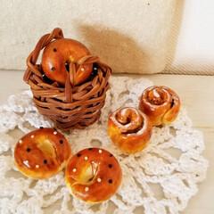 粘土/ミニチュアフード/パン/フォロー大歓迎/ハンドメイド/フード セサミベーグルとシナモンロール。 パン塗…