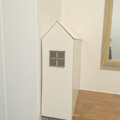 コンセント隠し/ハンドメイド/DIY/住まい/わたしの手作り 棚の横にあるコンセント部分を隠したくて、…