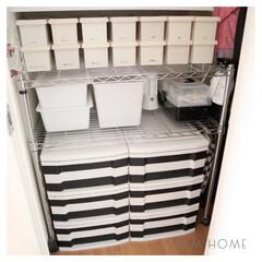 工具箱/蓋付きボックス/階段下収納/モノトーン収納/モノトーン/100均/...  階段下収納 ☺︎  独身時代から使って…