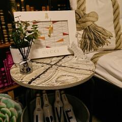 テーブルリメイク/アンティーク風/IKEA 生地 ロープ柄/ニトリ多肉植物クッション/ニトリクッション/gucci/... ティンパネル柄の壁紙で、収納付きサイドテ…