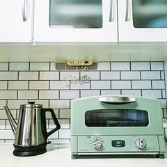 食器棚/レコルトクラシックケトル/セリア/壁紙屋本舗/サブウェイタイル/アラジントースター アラジントースターに合うように 食器棚に…