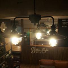 照明器具/後藤照明/エジソン電球/リビング/吹き抜け 夜の後藤照明+エジソン電球の組み合わせは…