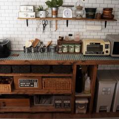 キッチン/キッチンカウンター/タイル天板/DIY/セルフリノベーション/セルフリノベ/... サブウェイタイル風の壁紙+塩ビ管でインダ…