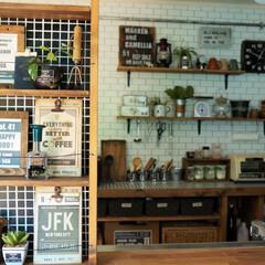キッチン/キッチンカウンター/飾り棚/タイル貼り/インダストリアル/カフェ風/... 左の飾り棚の裏側には水切りラックがあって…