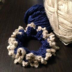 編み物/かぎ編み/ハンドメイド/小物/シュシュ/セリア シュシュを編みました。ロイヤルブルーの毛…