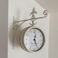 洋風 アメリカン 壁掛式 両面クロック ホワイト L 掛け時計 アンティーク風(観葉植物)を使ったクチコミ「リビングの両面時計。 両面時計は裏表に時…」