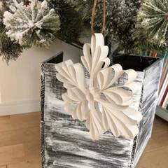雪の結晶/クリスマス/クリスマスツリー/ハンドメイド/100均/インテリア コピー用紙とグルーガンで作る、雪の結晶オ…
