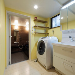 洗面所/リフォーム/洗面化粧台/洗濯機/可動棚/お風呂/... 洗面所は、イエローのクロスがポイントの可…