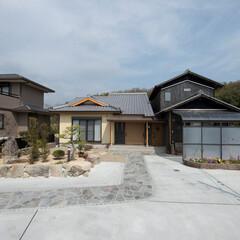 新築/一戸建て/和風/平屋/和モダン/外壁/... 純和風の既存家屋(右)と、和にモダンテイ…