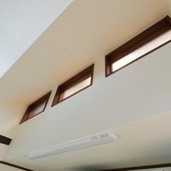 暗いキッチン/明るいキッチン/採光/自然光/明るい家/窓/... 光が入りにくい位置にあるキッチンの上に採…