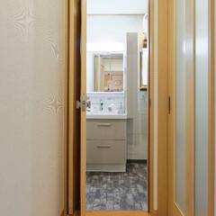 洗面所/洗面化粧台/リフォーム/扉/建具/折り戸/... 洗面所の入り口に省スペースの折り戸を取り…