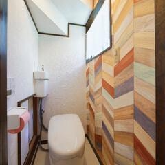 アクセントクロス/柄クロス/個性派トイレ/こだわりトイレ/おしゃれなトイレ/トイレ/... 壁の1面に柄クロスを大胆に貼った個性的な…