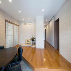 新築/一戸建て/家/玄関/湿気/吸湿/... 広い玄関ホールの壁には、湿気やにおいを吸…