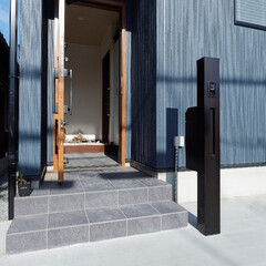 門柱/機能性門柱/玄関/ドア/玄関ポーチ/シンプルな玄関/... 機能性門柱を設置して、すっきりシンプルな…