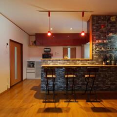 対面キッチン/造作壁/ペンダントライト/システムキッチン/おしゃれなキッチン/クリナップ/... 対面キッチンを付けた造作壁には、リビング…