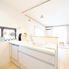 かわいいキッチン/おしゃれなキッチン/LDK/ペンダントライト/照明/対面キッチン/... かわいいペンダントライトを吊るした対面キ…