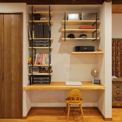 パソコン/デスク/机/可動棚/見せる収納/収納/... パソコンデスクと可動棚を造作。雑誌や帽子…