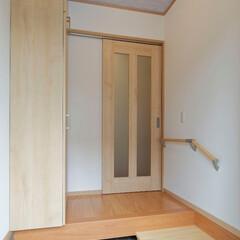 玄関ホール/引き戸/リフォーム/間取り変更 玄関ホールに戸を新設してプライバシーをし…