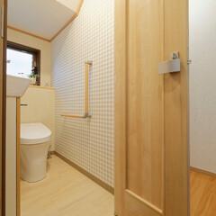 トイレリフォーム/建具/ドア/折れ戸/折り戸/狭いトイレ/... トイレの入り口に折り戸を取り付け、廊下の…