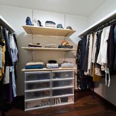 洋室/一戸建て/ウォークインクローゼット/収納/服/衣類収納/... 可動棚とパイプハンガーを設置して、収納し…