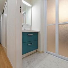 ターコイズブルー/水色/北欧/インテリア/設備/水まわり/... ターコイズブルーが素敵な洗面化粧台。三面…