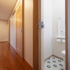 トイレのドア/建具/折れ戸/折り戸/省スペース/コンパクトなドア/... トイレのドアは折れ戸に取り替え。廊下を通…