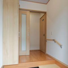 式台/手すり/バリアフリー/介護/玄関ホール 式台や手すりを設置して、バリアフリーの玄…