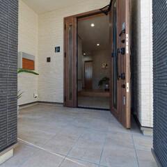 玄関ポーチ/外壁/採光/高砂市/建て替え/新築/... 壁に囲われた玄関ポーチ。 雨風を遮りなが…