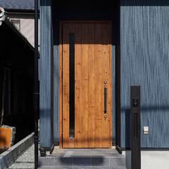 木目/玄関ドア/玄関/門柱/木のドア/外観/... 木目柄の玄関ドアで暖かみのある外観に(加…