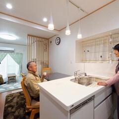 Ⅱ型キッチン/対面キッチン/システムキッチン/キッチンリフォーム/ダイニングキッチン Ⅱ型の対面キッチンで、洗い物をしながら家…