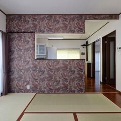 キッチンリフォーム/対面キッチン/リーフ柄/柄クロス/アクセントクロス/畳/... キッチンの造作壁にはリーフ柄クロスを。 …