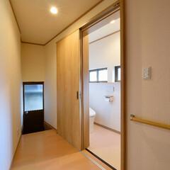 バリアフリーリフォーム/廊下/引き戸/トイレリフォーム/トイレ/手すり ご高齢の方も安心、快適。可愛らしく温かみ…
