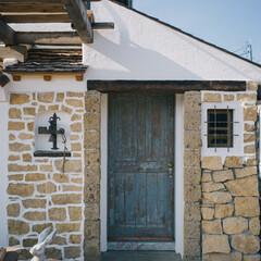 玄関/コッツウォルズストーン/漆喰 コッツウォルズストーンを貼った外壁に、ア…
