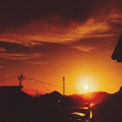 夕日 毎日、空を見てると、夕日の沈む位置も変わ…
