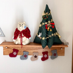 フェルトソックスガーランド/飾り棚ディスプレイ/飾り棚DIY/ケープ手編み/北欧、暮らしの道具店/しろくま貯金箱/... 飾り棚ディスプレイ。昔作った布のクリスマ…