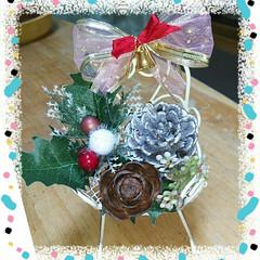 シダーローズ/松ぼっくり/クリスマス雑貨/ダイソー/セリア/100均/... 100均のミニチュア椅子にリボンと木の実…