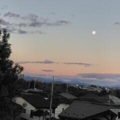 朝焼け/有明の月/風景 昨日の雨が上がり、朝焼けにお月様がポッカ…(1枚目)