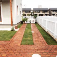 ガーデニング レンガと芝生を使った駐車スペースです。