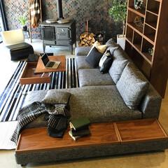 songdream/SOFA/Walnut/おしゃれ/インテリア/モダンインテリア サイドに配した木製トレイ 、低めで横長な…