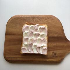 食パン/食パンアート/クリームチーズ/ウエーブ/ウエーブトースト/インスタ映え/... 今流行りのウエーブトーストを作ってみまし…(1枚目)