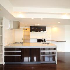 対面キッチン/フルフラットキッチン/ペニンシュラキッチン/高級キッチン/可動棚収納/オープンキッチン 水晶入り天板の高級キッチン。 フルフラッ…