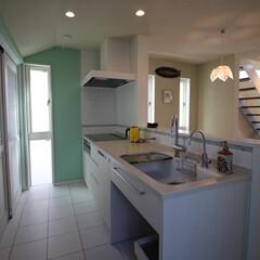 造作キッチン/オリジナルキッチン/ハワイアン/オーダーメイドキッチン 白の明るいキッチンに壁のグリーンと、タイ…
