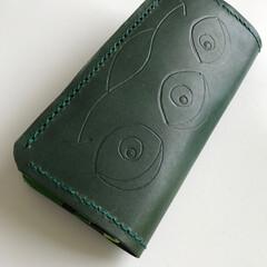 グリーンメン/ウォレット/手縫い/レザークラフト グリーンメンを描いた本革財布。 緑に染色…