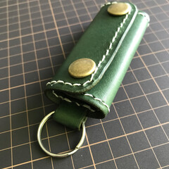 レザークラフト/ハンドメイド/キーホルダー/キーケース 緑に染色してある姫路レザーでキーケース作…